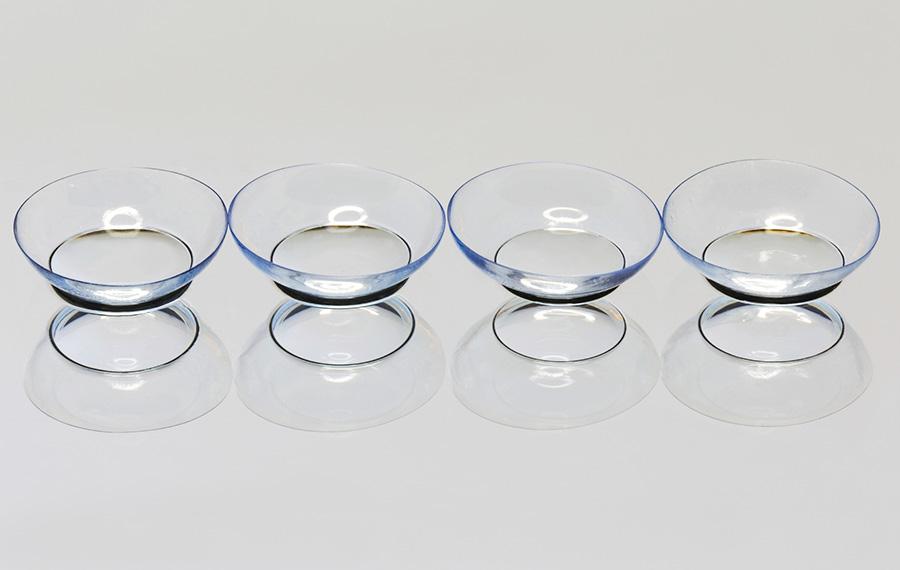 Cztery szkła kontaktowe na białym tle