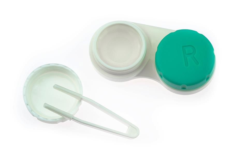 Plastikowy pojemnik na szkła kontaktowe oraz uchwyt, na białym tle
