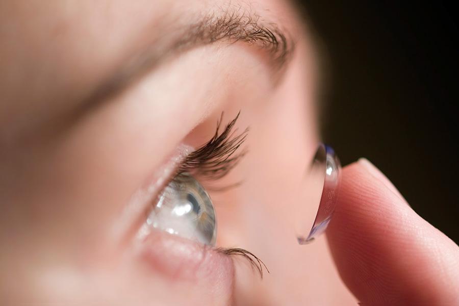 Proces zakładania soczewki kontaktowej na oko