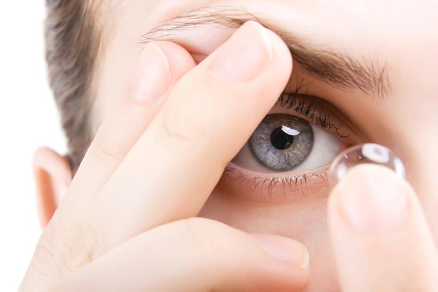 Zakładanie soczewki na oko oraz podtrzymanie powieki